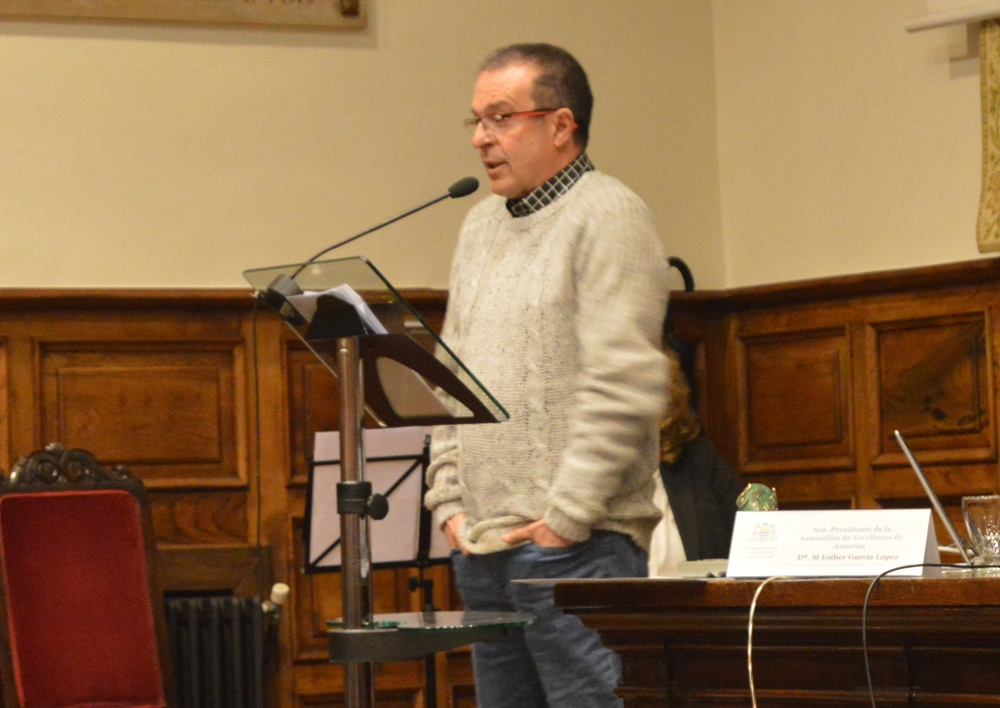 Javier García Cellino con el Premio de Poesía en castellano