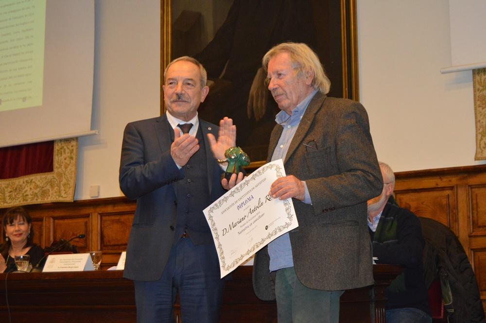 Mariano Antolín Rato recoge el Premio de Narrativa en castellano de manos del alcalde de Oviedo