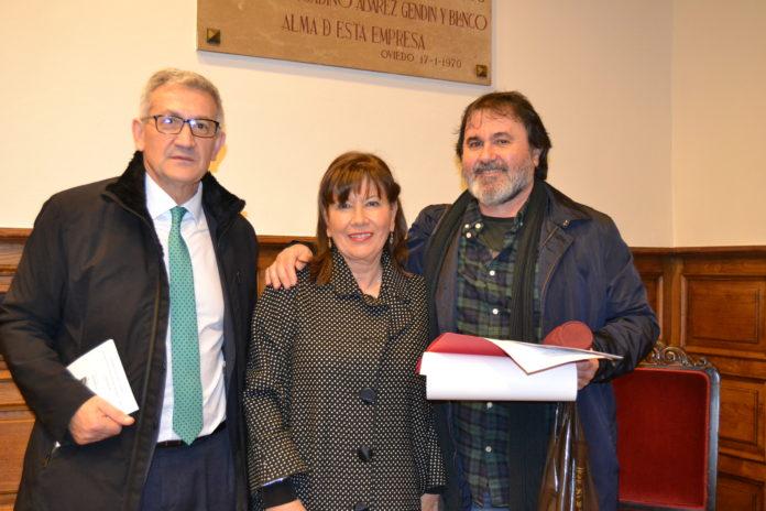 El premiado con la presidenta de la AEA y el rector de la Universidad